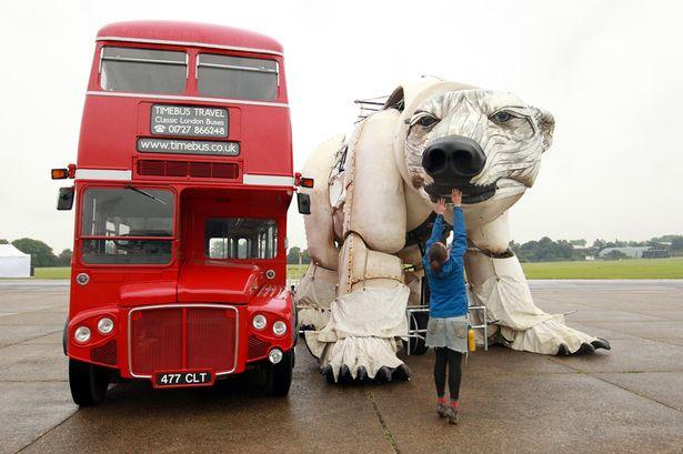 The-worlds-largest-polar-bear-puppet-2262707-1