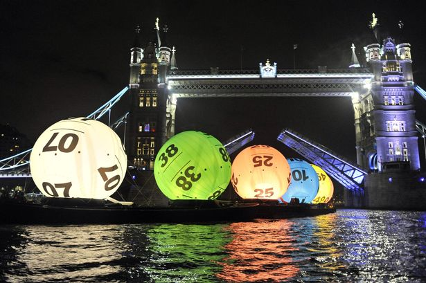 giant-26-foot-Lotto-balls-floating-down-the-Thames-2332279